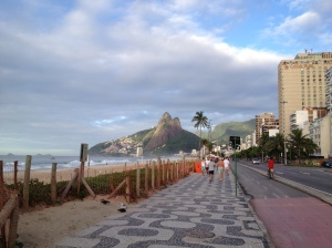 Le front de mer d'Ipanema au petit matin, et au fond, Leblon et la montagne des Dois Irmãos