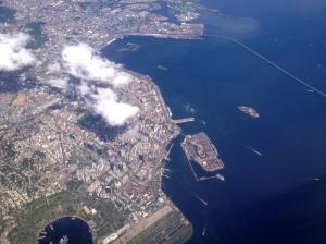 Rio de Janeiro vu du ciel : le centre ville, l'aéroport Santos Dumont, la zone portuaire et le pont vers Niterói