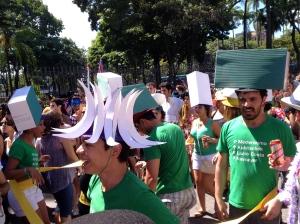 """Des suiveurs déguisés avec les bâtiments emblématiques de Brasilia et les noms des 3 """"bâtisseurs"""" de la capitale sur les T-shirts"""