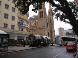 """Catedral Metropolitana e estação """"tubo"""" de ônibus"""