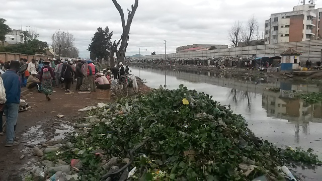 Les habitants pauvres installent leurs maisons le long des cours d'eau sale
