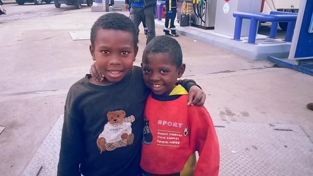 Sourires d'enfants qui vivent pourtant dans la rue